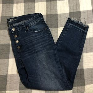 Button fly skinny jeans with raw edge